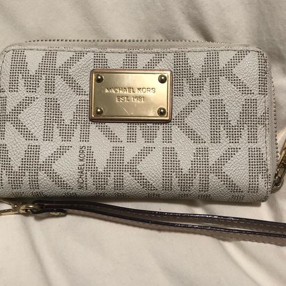 Michael Kors Handbags - Michael Kors Clutch Wristlet